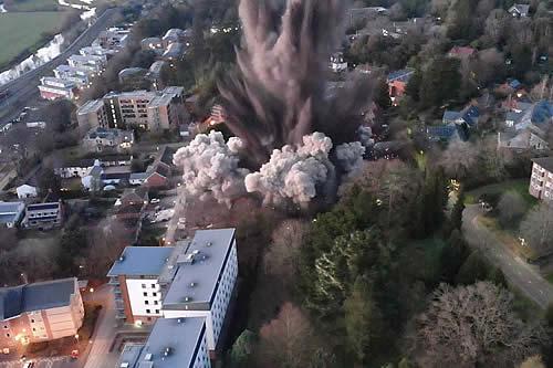 La detonación de una bomba de la Segunda Guerra Mundial provoca daños materiales en una ciudad de Reino Unido
