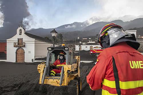 Un terremoto de magnitud 4,5, rayos volcánicos y otro barrio evacuado: el volcán de La Palma continúa su avance