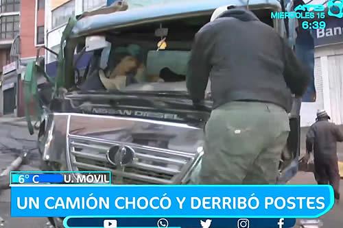 Camión pierde el control y arrastra postes de luz en La Paz