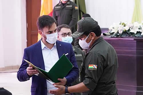 Ministerio de Gobierno entrega condecoraciones a nueve uniformados de la Policía Boliviana