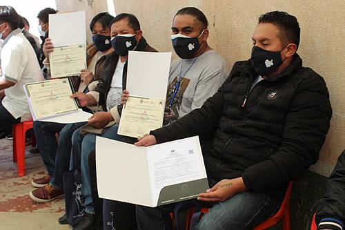 Ministerio de Educación entrega certificados de graduación y libretas a privados de libertad de Chonchocoro