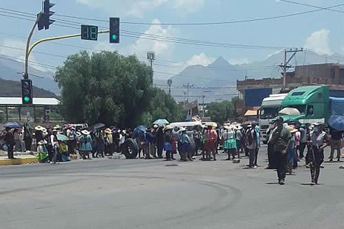 Padres de familia mantienen el bloqueo de la carretera que conecta a Cochabamba con el occidente
