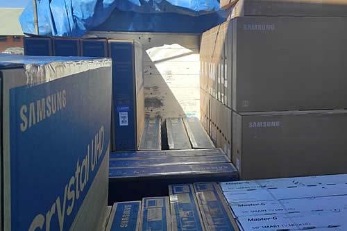 Aduana comisa 14 vehículos indocumentados y tres camiones con productos de contrabando en Oruro