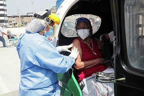 Perú adelanta vacunación de mayores de 60 años para finales de mayo