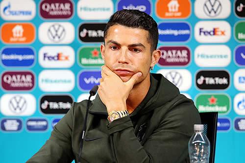"""""""¡Beban agua!"""": Cristiano Ronaldo retira dos botellas de Coca-Cola y las cambia por una de agua"""