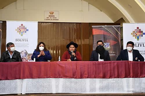 Danzarines, músicos y bordadores del Carnaval de Oruro se suman a la campaña de vacunación contra el COVID-19