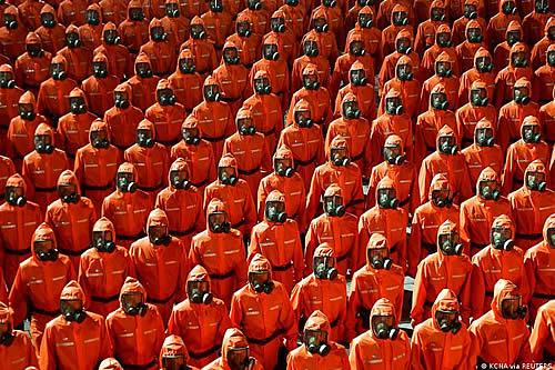 Corea del Norte: soldados con trajes de protección participan en el desfile militar del 73º aniversario de la nación