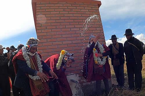 Gobierno entrega sistemas de agua subterránea a los agricultores de Pucarani