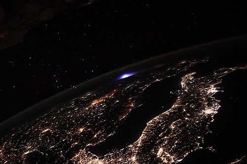 """""""Un acontecimiento muy raro"""": Astronauta muestra cómo se ve un trueno con """"un evento luminoso transitorio"""" desde el espacio"""