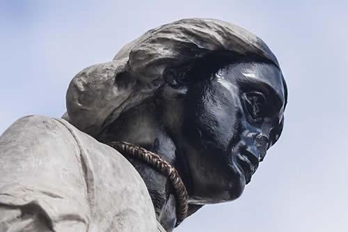 Ministra de Culturas cree que se debe reemplazar la estatua de Colón en La Paz por líderes indígenas