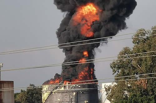 Se desata un gran incendio en una instalación petrolera del Líbano