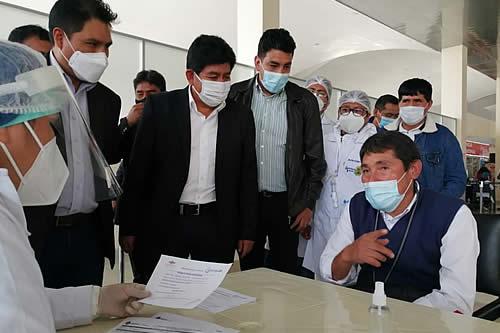 Aplican pruebas de detección de COVID-19 a funcionarios del aeropuerto de Alcantarí, en Chuquisaca