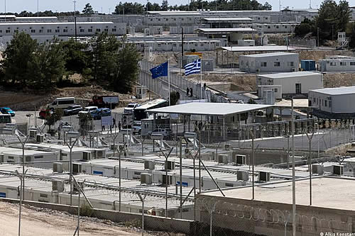 Grecia inaugura controversial campo para migrantes