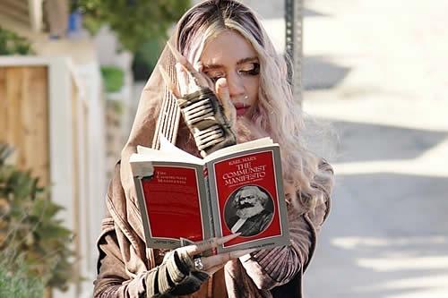"""Sorprenden a Grimes hojeando un libro de Karl Marx tras """"semisepararse"""" de Elon Musk"""