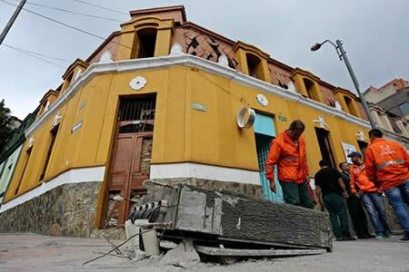 Muere un policía y 30 personas resultan heridas tras atentado en Bogotá
