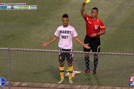 Un futbolista le pide la mano a su novia en pleno partido y recibe una tarjeta amarilla