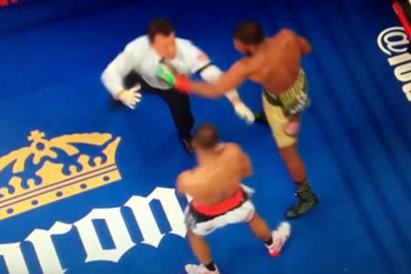 El árbitro se lleva una dura 'propina' al intentar separar a dos boxeadores