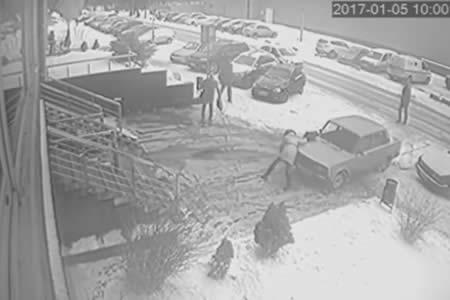 Una mujer sobrevive tras ser literalmente aplastada por un coche