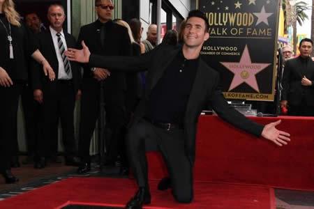 Adam Levine, cantante de Maroon 5, recibe su estrella en el Paseo de la Fama