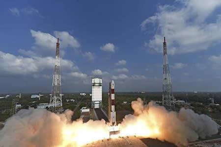 La India lanza al espacio la cifra récord de 104 satélites en un solo cohete