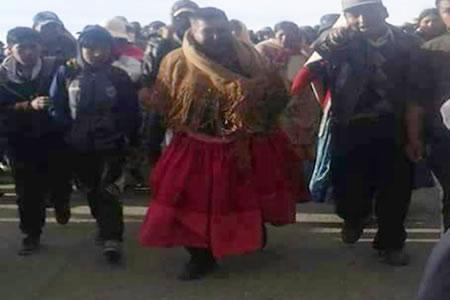 Vistieron de pollera al alcalde de Achacachi y lo pasearon