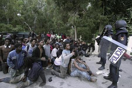 Unas 350 personas traspasan valla fronteriza con Marruecos y entran a España