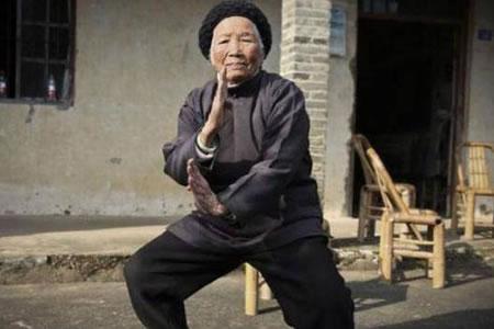 La abuela china que a sus 94 años protege a vecinos con técnicas de kung-fu