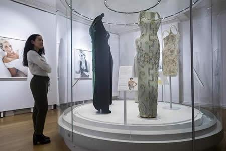 Una exposición celebra la vida de la princesa Diana a través de su vestuario