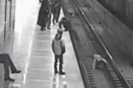 Un 'buen samaritano' salta a las vías del tren para salvar a un menor accidentado