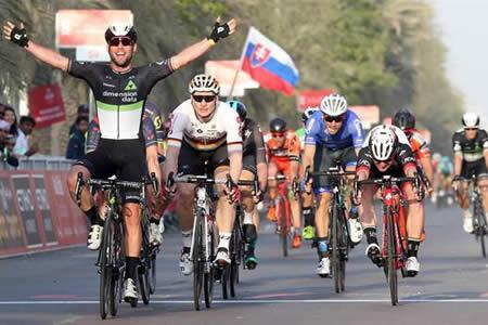 Cavendish reaparece en Abu Dhabi y estrena liderato, Contador sufre caída
