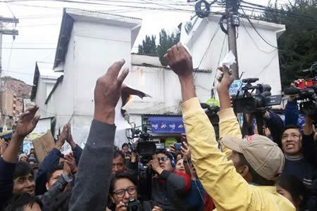 Cocaleros de La Paz queman acuerdo inicial y advierten radicalizar protesta