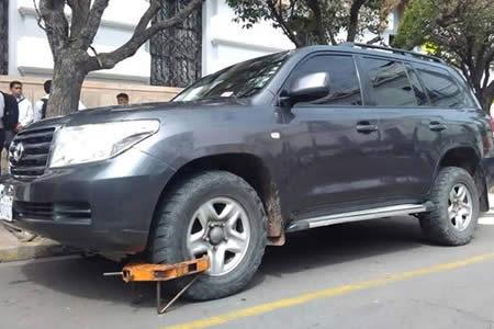 Gobernación se molesta, la Policía engrapó sus coches