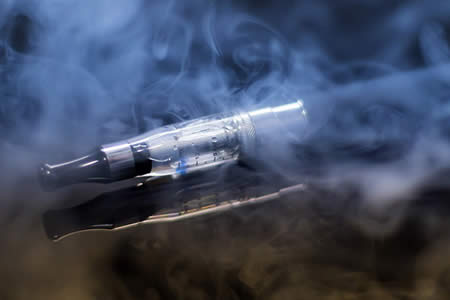 ¿Son de verdad los cigarrillos electrónicos menos dañinos para la salud?