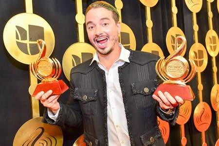 J Balvin repite como artista del año en unos Premios Lo Nuestro muy políticos