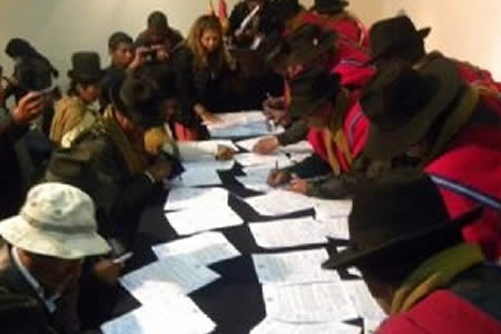 Vecinos y ponchos rojos de Achacachi firmaron acuerdo de pacificación