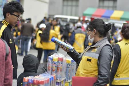 Intendencia decomisa 100 espumas y 500 máscaras en el primer día del Carnaval en La Paz