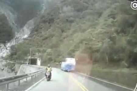 Un motorista cae por un precipicio tras ser embestido por un coche