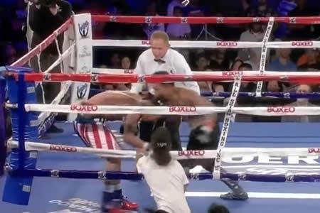 Un fan de un boxeador salta al ring, pega al rival y lo salva del KO