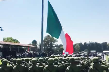 La bandera mexicana se rasga frente a Peña Nieto en una ceremonia