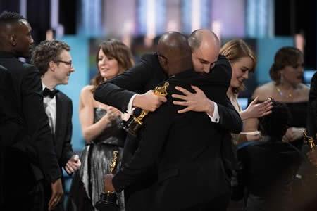 """""""La La Land"""" se lleva seis Óscar, pero """"Moonlight"""" logra el de mejor película"""