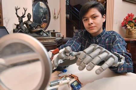 Leonardo Viscarra, el niño boliviano que se fabricó su propia mano robótica