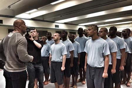 Documental de Dwayne Johnson mira a jóvenes presos ante segunda oportunidad
