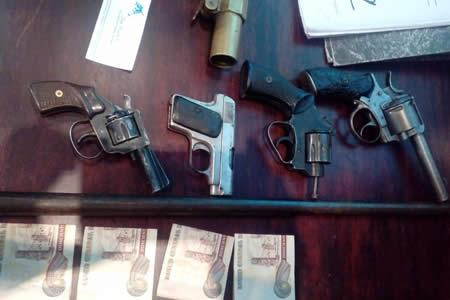 Policía secuestra arsenal ilegal de armas en un barrio de La Paz