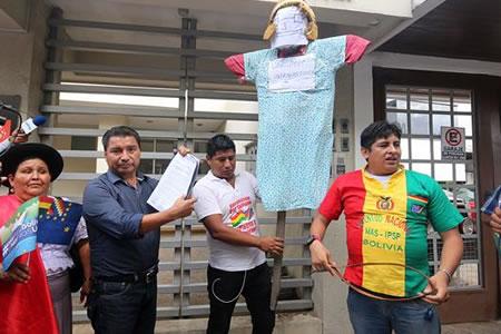 Piden en puertas de consulado chileno de Santa Cruz la libertad de bolivianos encarcelados en Chile