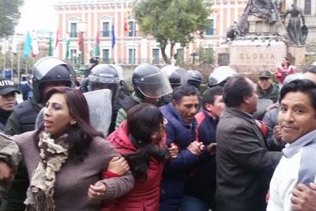 Policía echa por la fuerza a maestros que protestaban en la Plaza Murillo