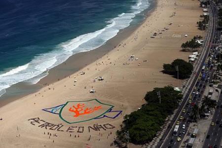 Mosaico humano en la playa de Copacabana en defensa de corales de la Amazonía
