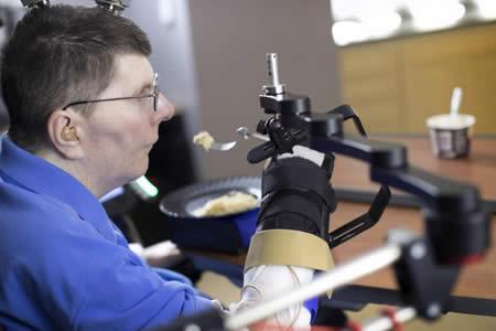Un tetrapléjico logra comer y beber por sí mismo con una neuroprótesis