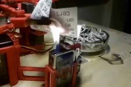 Crean un robot que imprime y quema los tuits de Donald Trump