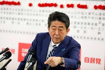 Abe arrasa y allana el camino para reformar la Constitución pacifista nipona
