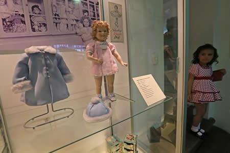 El encanto de Shirley Temple revive en una exposición de muñecas en Bolivia